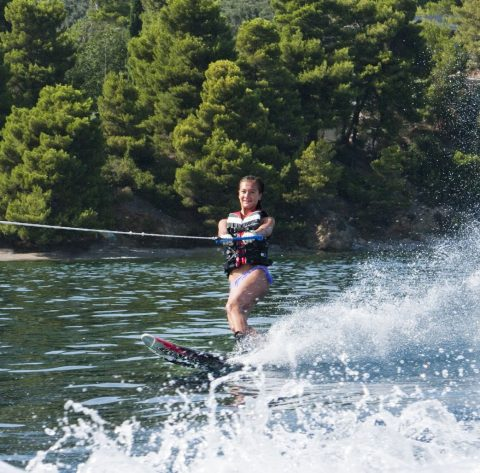 Nicky Yeh waterskiing